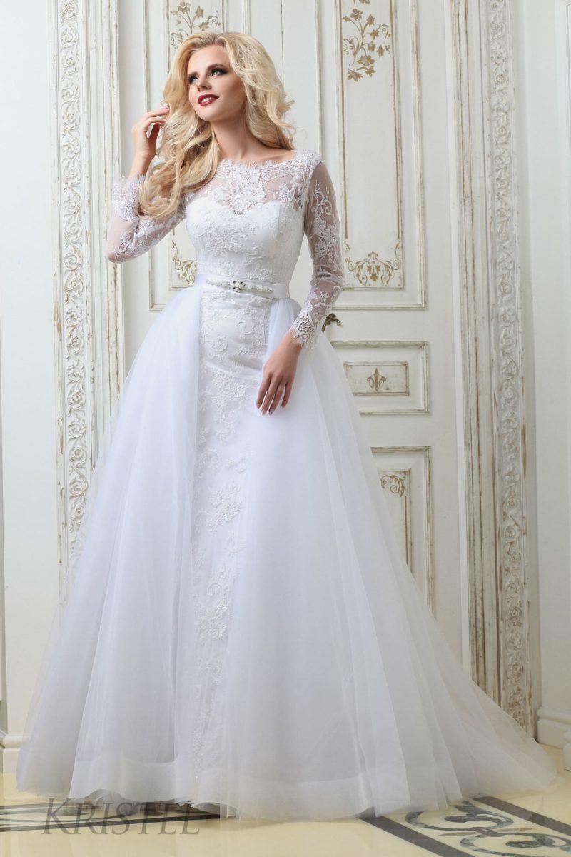 Стильное свадебное платье с пышной верхней юбкой и фактурным кружевным декором.