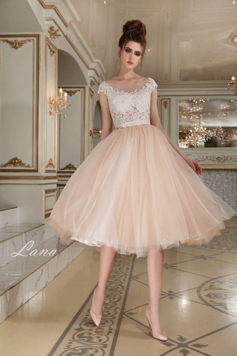 Свадебное платье с золотистой юбкой до колена и полупрозрачным кружевным лифом.