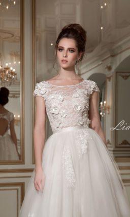 Пышное свадебное платье с открытой спинкой и объемной отделкой закрытого верха.