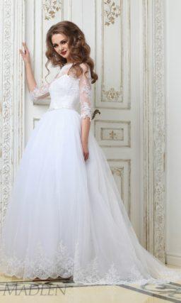 Пышное свадебное платье с полупрозрачными рукавами в три четверти и шлейфом.