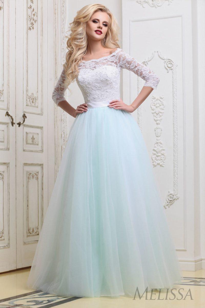 Пышное свадебное платье с элегантным атласным поясом и кружевным рукавом.