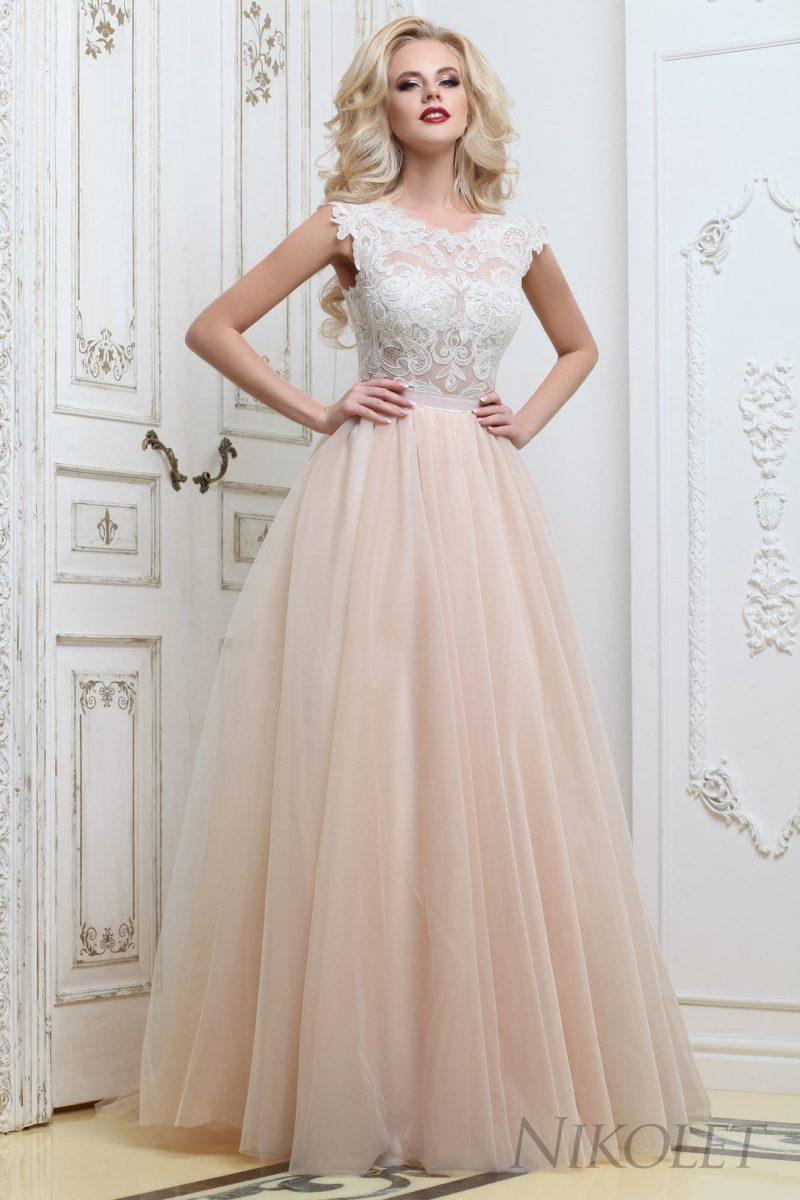 Бежевое свадебное платье с закрытым кружевным лифом без рукавов и пышной юбкой.