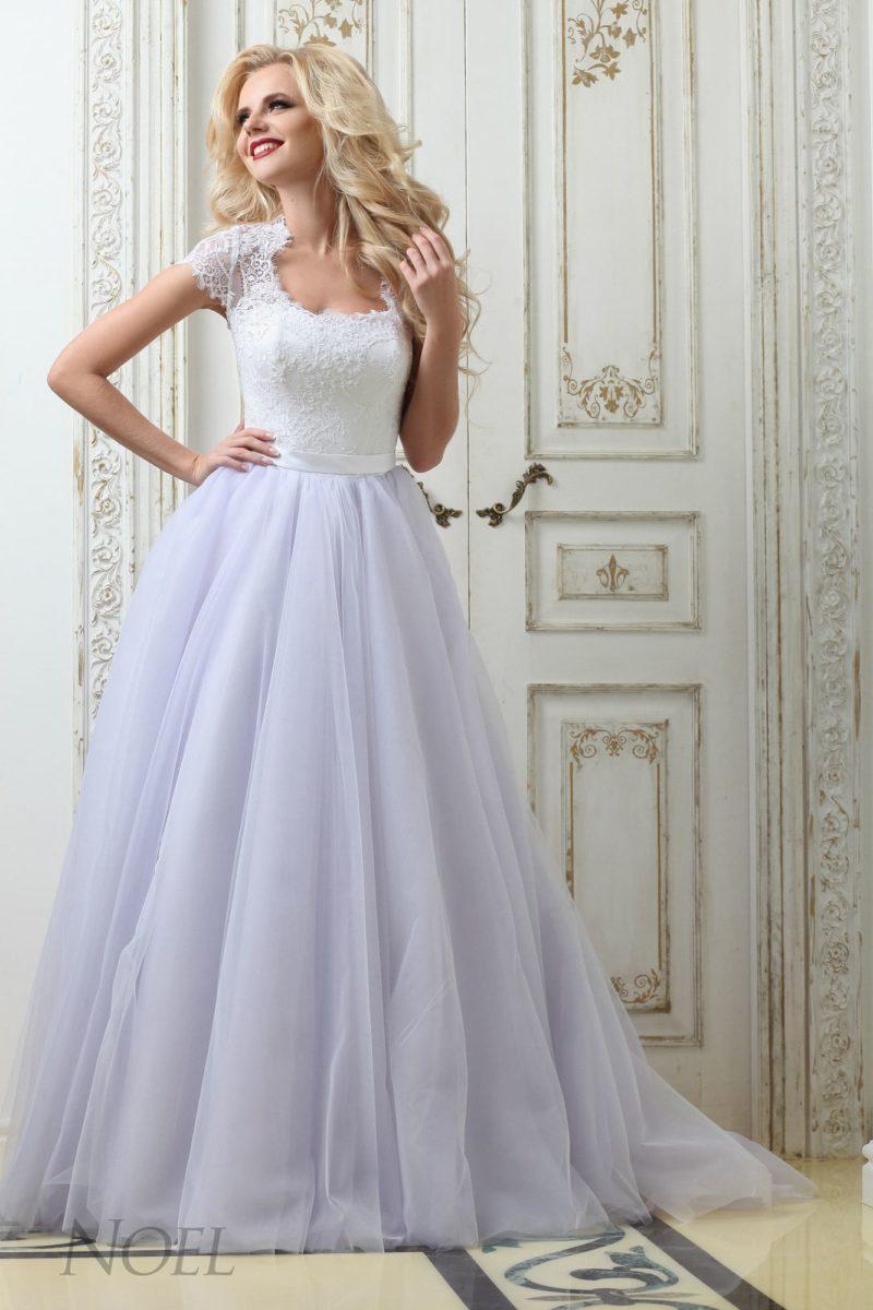 Белоснежное свадебное платье с романтичной многослойной юбкой и коротким рукавом.