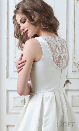 Закрытое свадебное платье из плотной атласной ткани, с кружевной вставкой сзади.