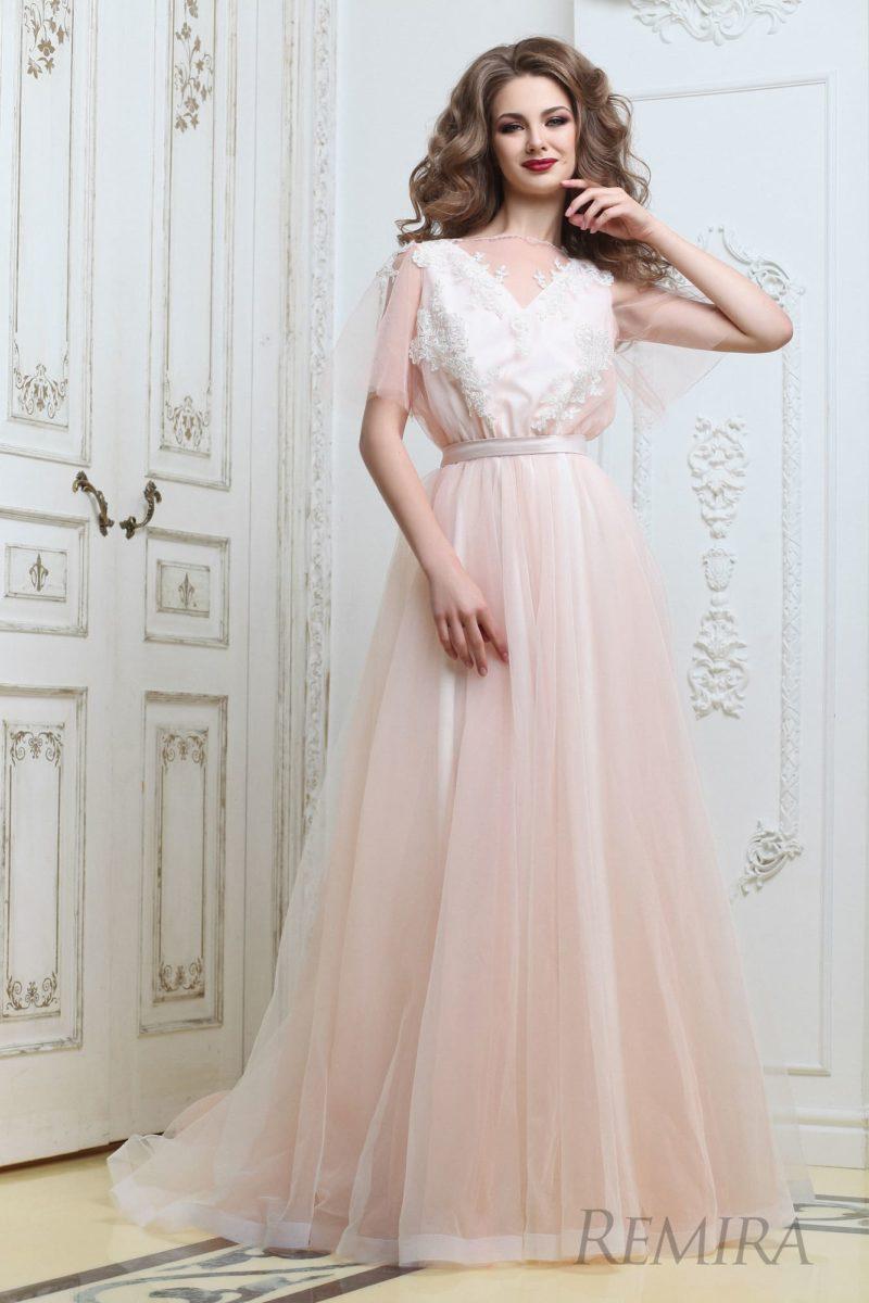 Нежное розовое свадебное платье с многослойной юбкой  и атласным поясом на талии.