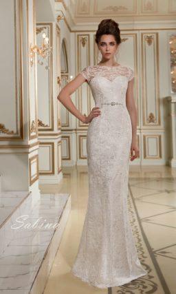 Облегающее свадебное платье с узким сияющим поясом и эффектным кружевным декором.