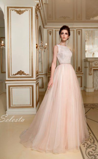 Кремовое свадебное платье с элегантным закрытым лифом и многослойной юбкой.