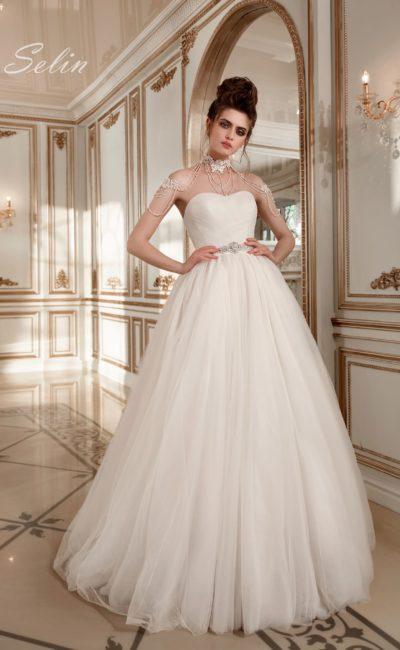 Оригинальное свадебное платье пышного кроя с лифом-сердечком и кружевным колье.