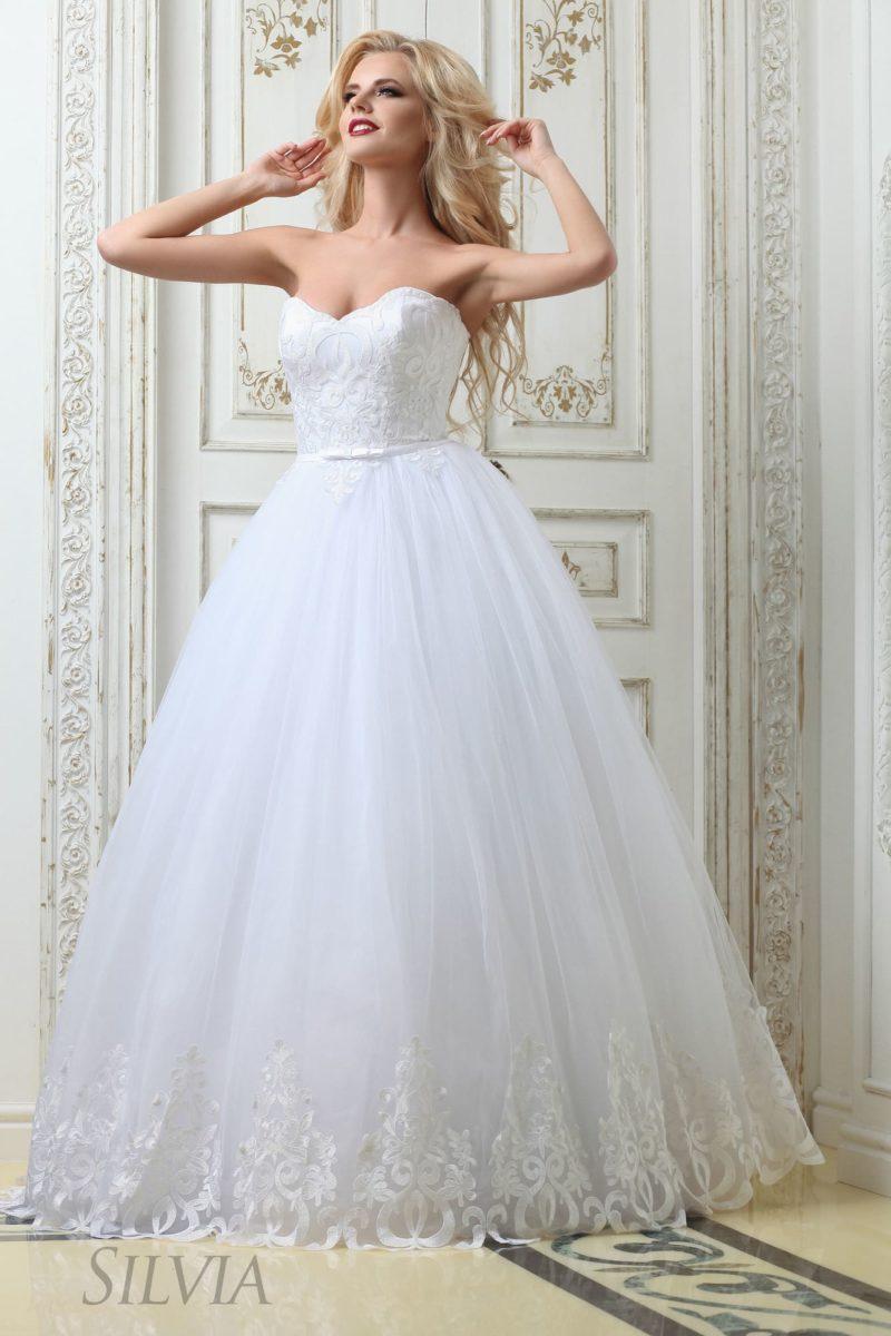 Пышное свадебное платье с открытым фактурным корсетом и кружевом по низу подола.