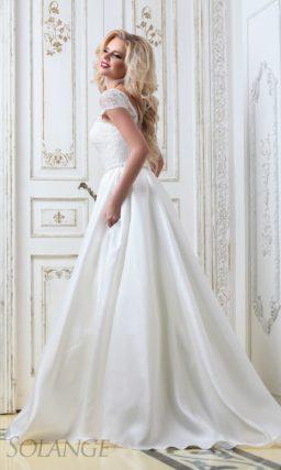 Атласное свадебное платье «принцесса» с V-образным вырезом на спинке и коротким рукавом.