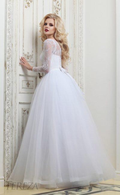 Пышное свадебное платье с закрытым лифом и длинным кружевным рукавом.