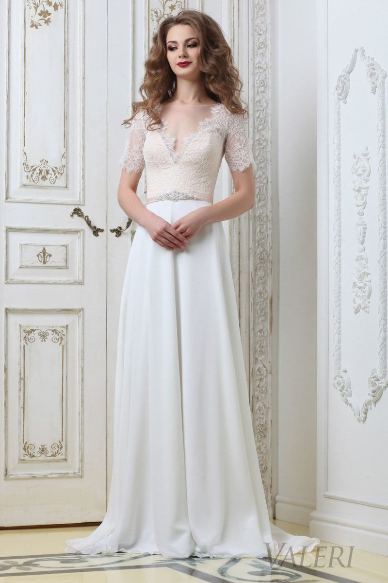 Прямое свадебное платье с ажурным V-образным вырезом и элегантным рукавом.