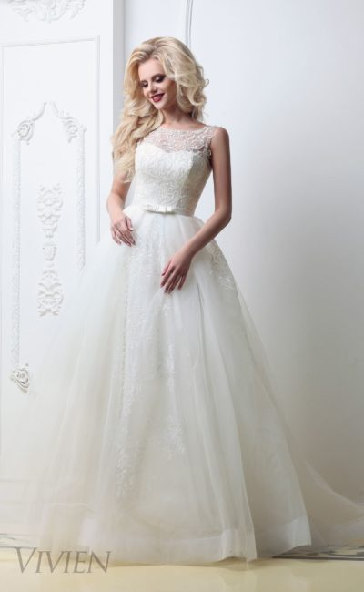 Стильное свадебное платье с классическим силуэтом и закрытым лифом с кружевом.