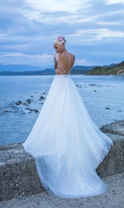 Свадебное платье А-силуэта с кружевным декором и великолепным длинным шлейфом.
