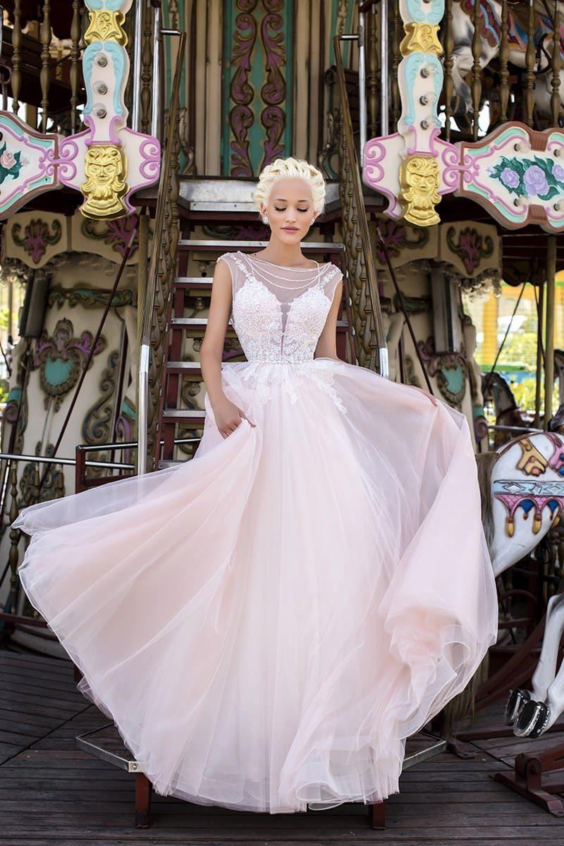 Пудровое свадебное платье «принцесса» с открытой спинкой и кружевной отделки.