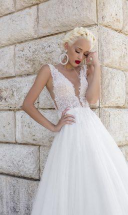 Свадебное платье «принцесса» с глубоким вырезом декольте и многослойной юбкой со шлейфом.