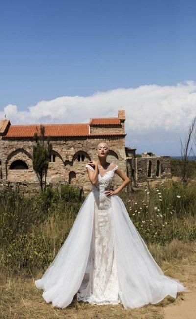 Свадебное платье-трансформер с романтичной кружевной отделкой и вырезом сзади.