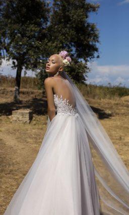 Свадебное платье «принцесса» с фактурной отделкой корсета, вырезом сзади и легким шлейфом.