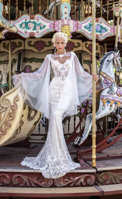 Свадебное платье «русалка» с кружевной отделкой и эффектной прозрачной накидкой.