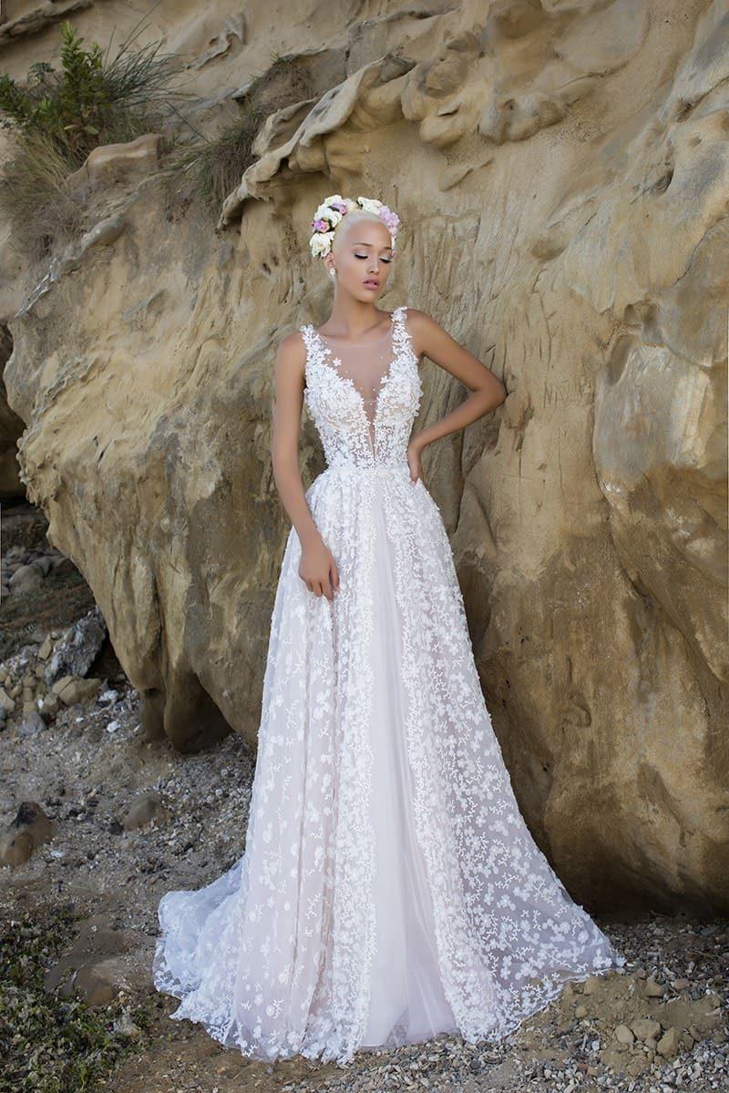 Свадебное платье «принцесса» с глубоким вырезом декольте и кружевной отделкой по всей длине.