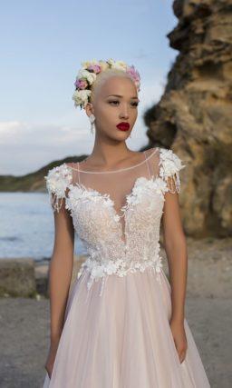 Свадебное платье «принцесса» пудрового цвета с коротким рукавом и кружевным декором.