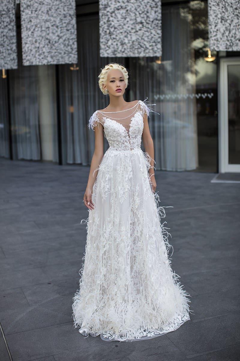 60c1557a51f Свадебное платье «принцесса» с объемной отделкой и кружевными аппликациями.