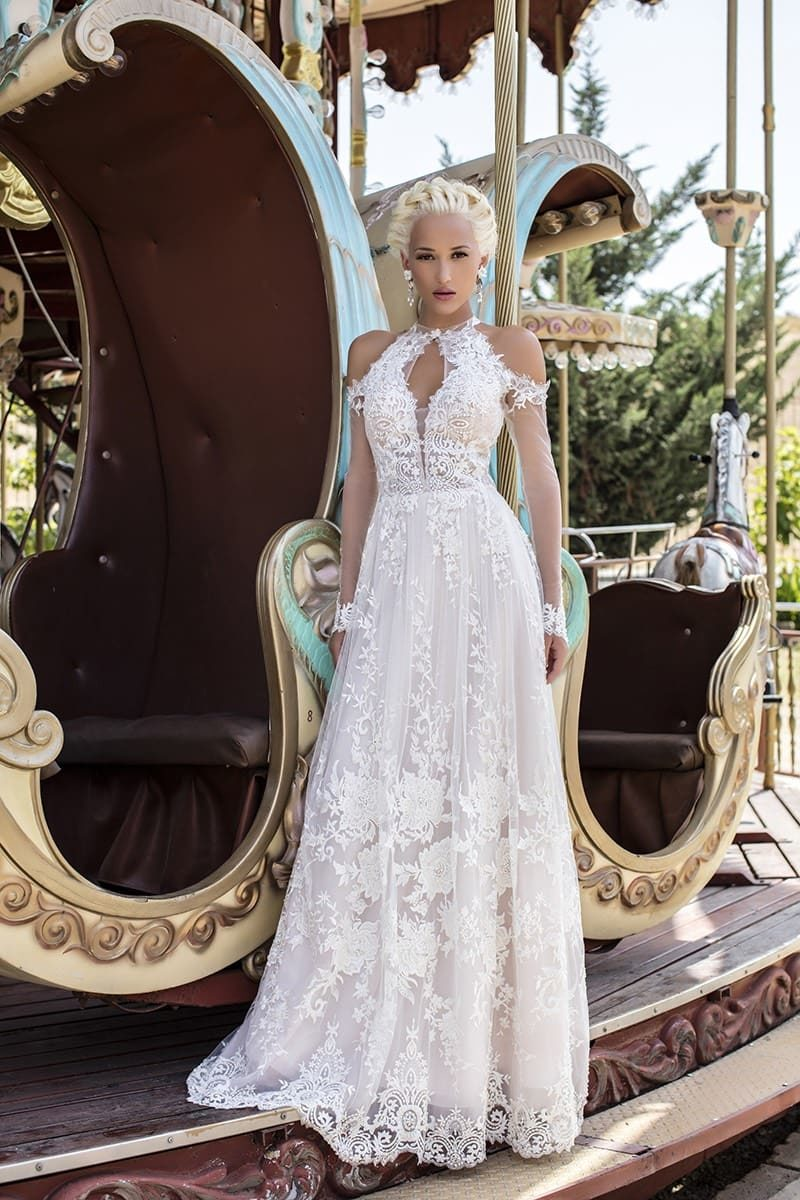 Прямое свадебное платье с длинным рукавом, оригинальным вырезом и прозрачной спинкой.