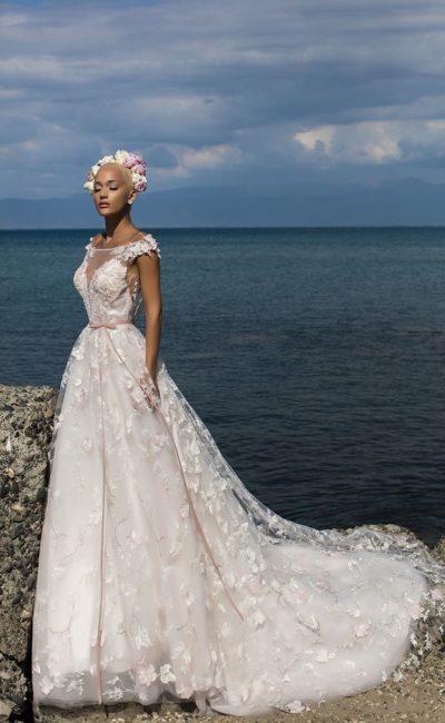 Свадебное платье А-силуэта с чарующей юбкой со шлейфом и узким розовым поясом.