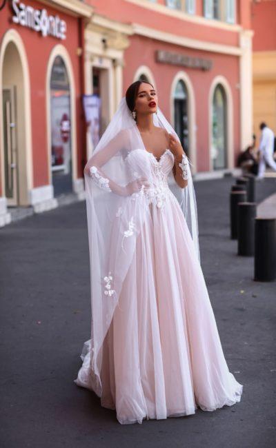 Нежно розовое свадебное платье с открытой спинкой и эффектным декольте «сердечком».