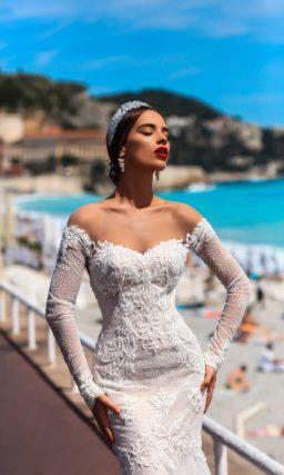 Открытое свадебное платье с длинным рукавом и силуэтом «русалка» со шлейфом.