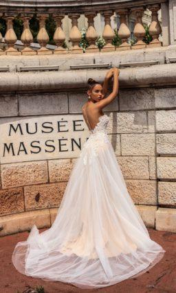 Кремовое свадебное платье с романтичной многослойной юбкой и лифом в форме сердца.