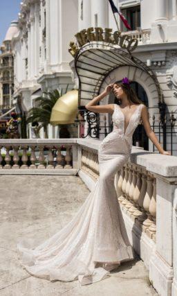 Облегающее свадебное платье с соблазнительным глубоким лифом и роскошной фактурой.