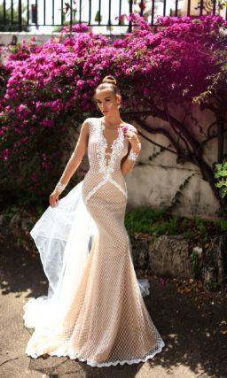 Бежевое свадебное платье с оригинальной отделкой сеткой и длинными рукавами.