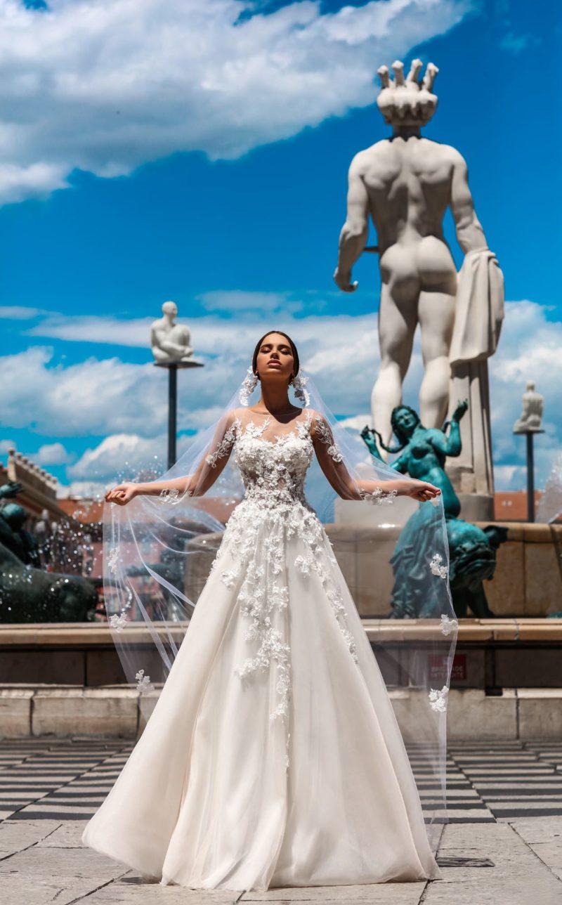 Пышное свадебное платье с удивительным полупрозрачным корсетом с объемным декором.