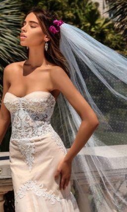 Стильное свадебное платье с открытым декольте и облегающей бедра юбкой «русалка».