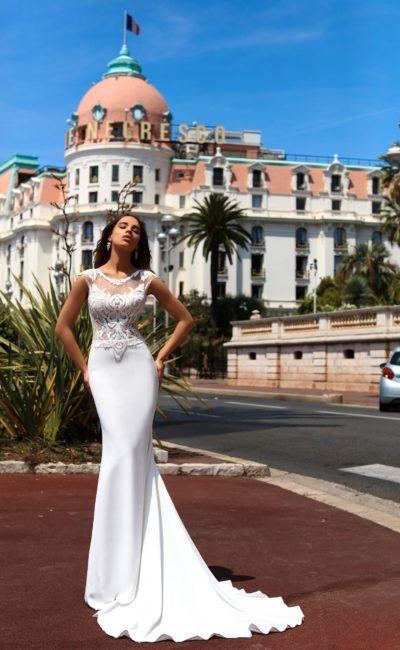 Облегающее свадебное платье со стильным кружевным лифом и роскошным шлейфом.