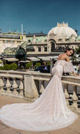 Необычное свадебное платье кремового цвета с открытым декольте и пышными рукавами.