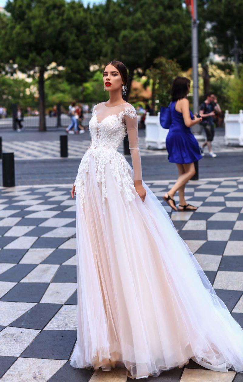 Пышное свадебное платье с длинным полупрозрачным рукавом, в розовых тонах.