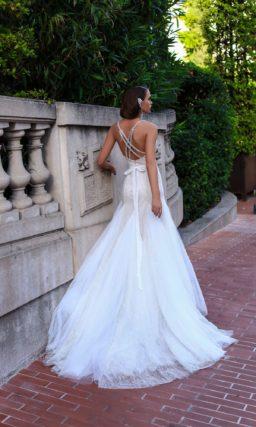 Свадебное платье облегающего кроя с лифом в форме сердца и романтичным шлейфом.