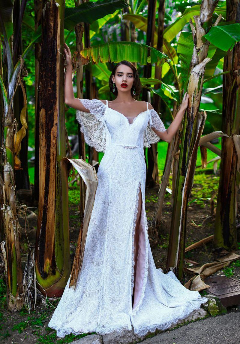 Стильное свадебное платье с открытым лифом и соблазнительной юбкой с разрезом.