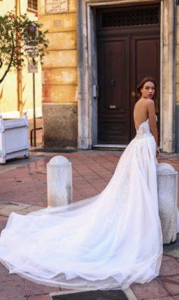 Великолепное свадебное платье-трансформер с пышным шлейфом и открытым лифом.