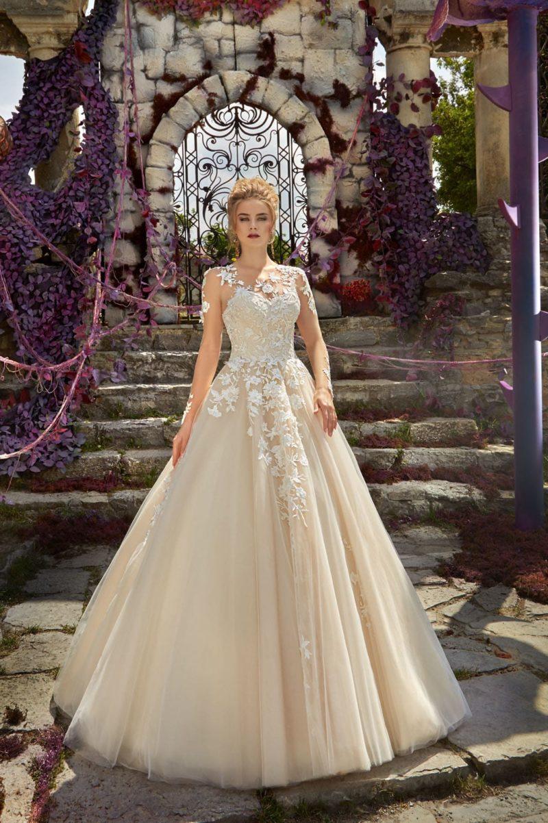 Пышное свадебное платье золотистого цвета, украшенное по корсету кружевом.