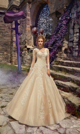 Золотистое свадебное платье «принцесса» с длинным полупрозрачным рукавом и кружевом.