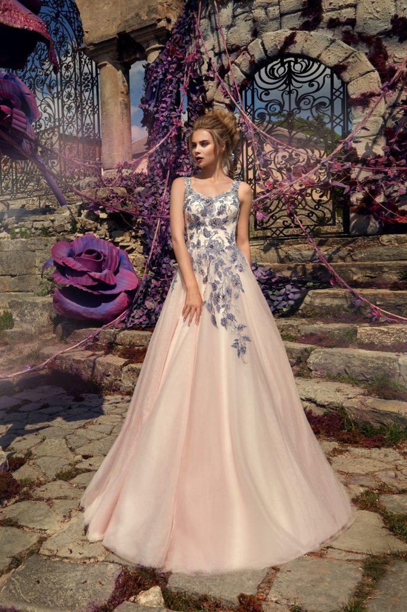 Необычное свадебное платье «принцесса» розового цвета с цветочной лиловой отделкой.