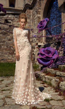 Бежевое свадебное платье прямого кроя с закрытым лифом и небольшим шлейфом.