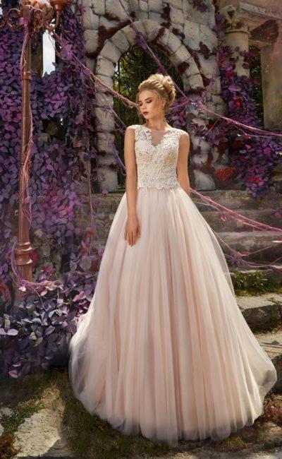 Кремовое свадебное платье с кружевным лифом и многослойной пышной юбкой.