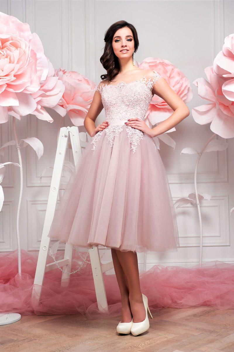 Розовое свадебное платье с притягательным открытым верхом и пышной юбкой до колена.