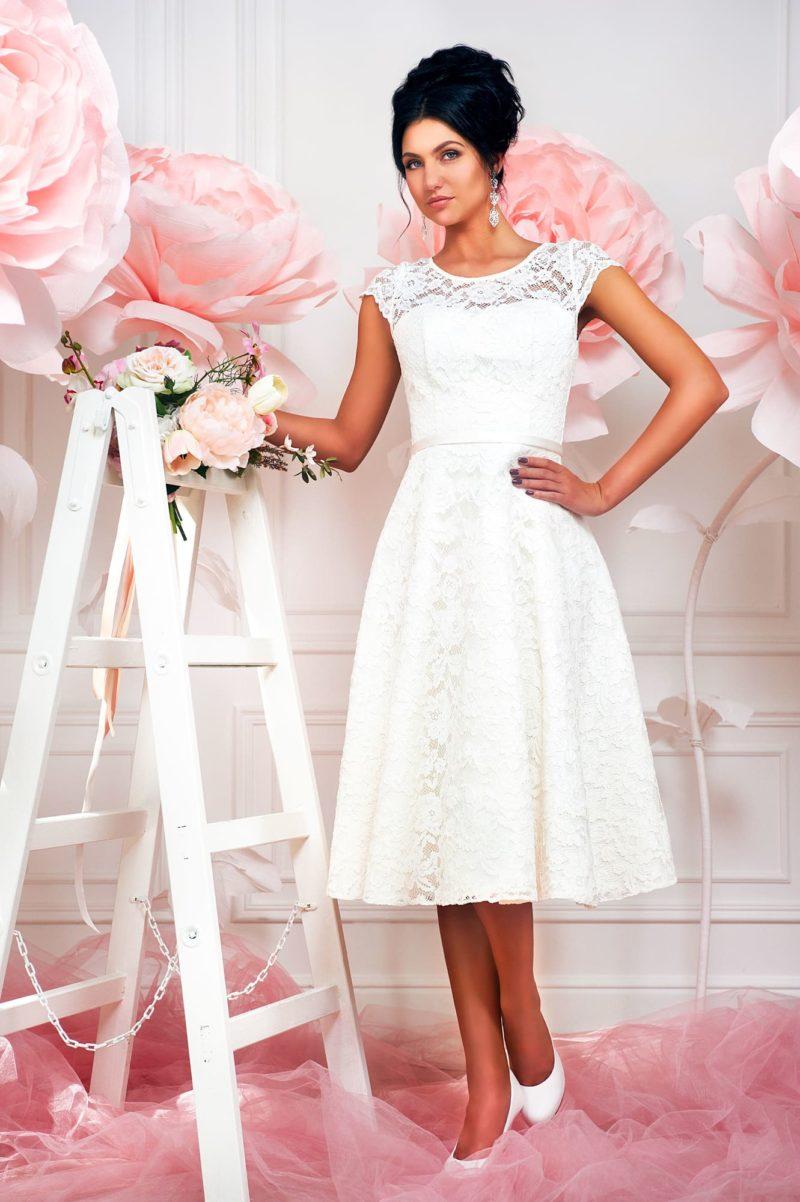 Кружевное свадебное платье с элегантной юбкой чуть ниже колена длиной.