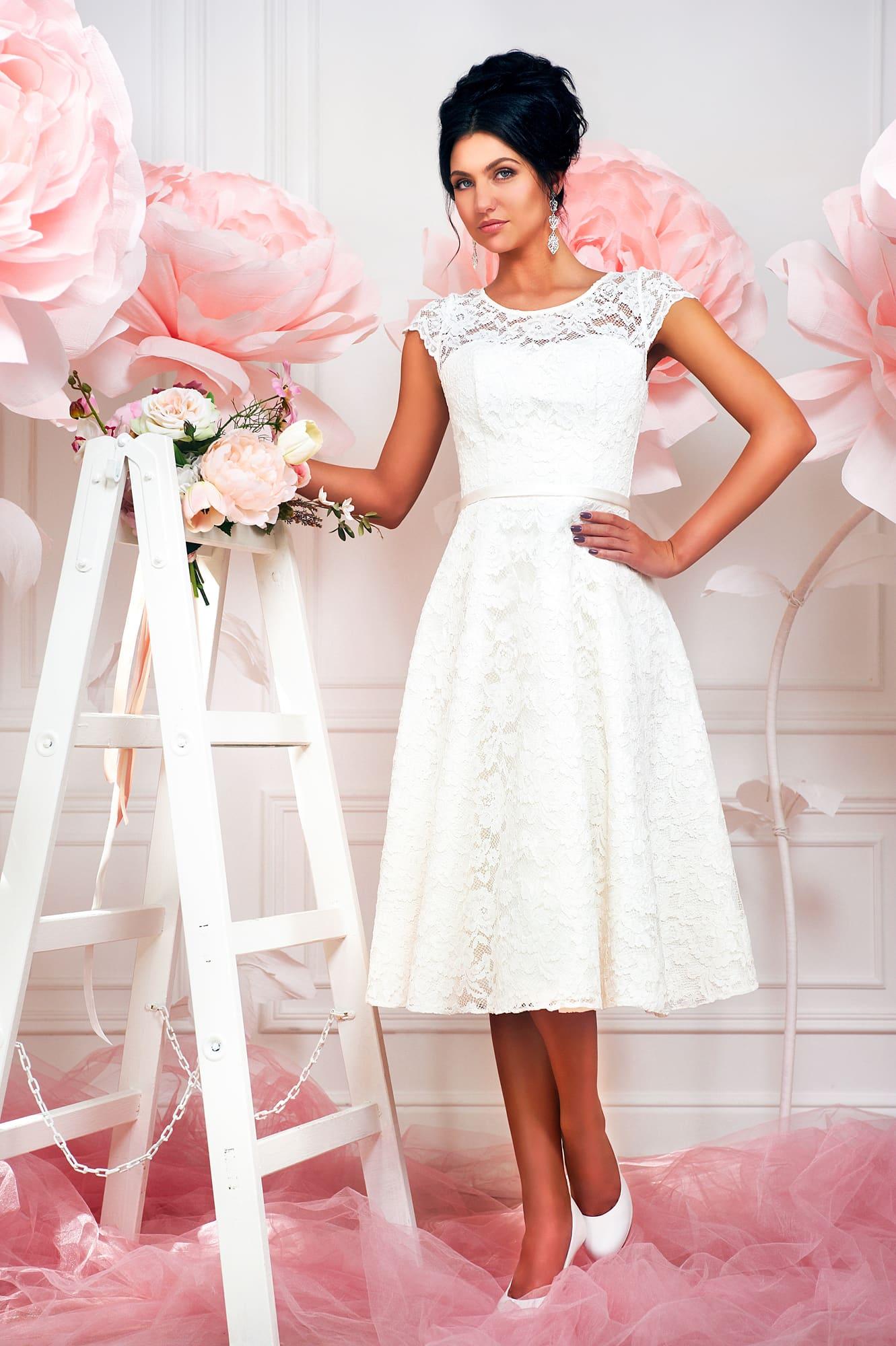 299238fa2bd Кружевное свадебное платье с элегантной юбкой чуть ниже колена длиной.