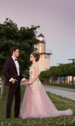 Романтичное свадебное платье в розово-бежевых тонах с многослойной юбкой.